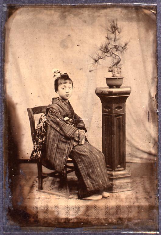 作品画像:いすに座る少女