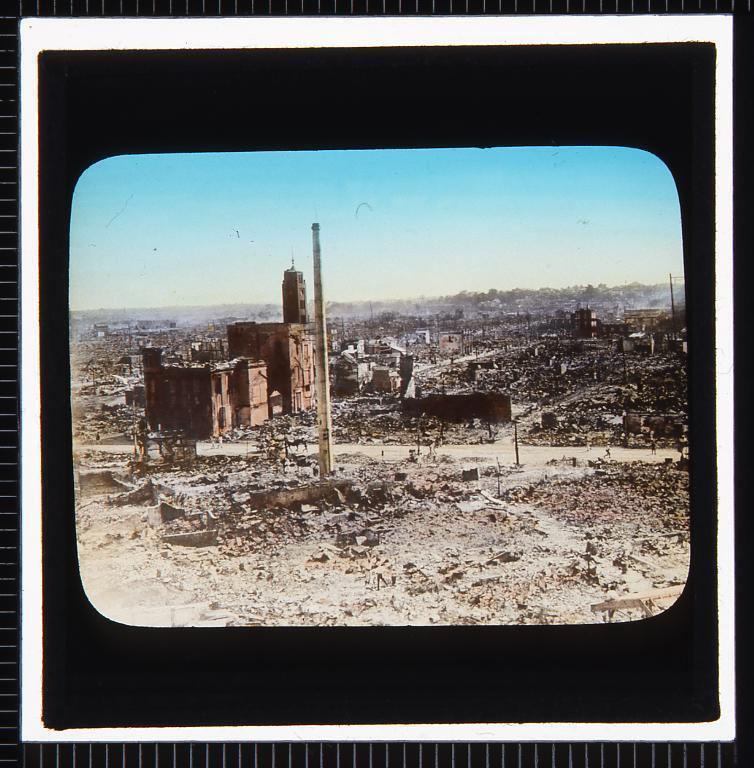 作品画像:関東大震災 焼跡遠景(残った煙突と建物)