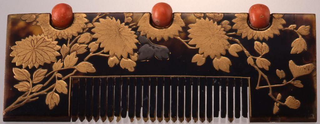 作品画像:鼈甲台珊瑚飾菊蒔絵櫛