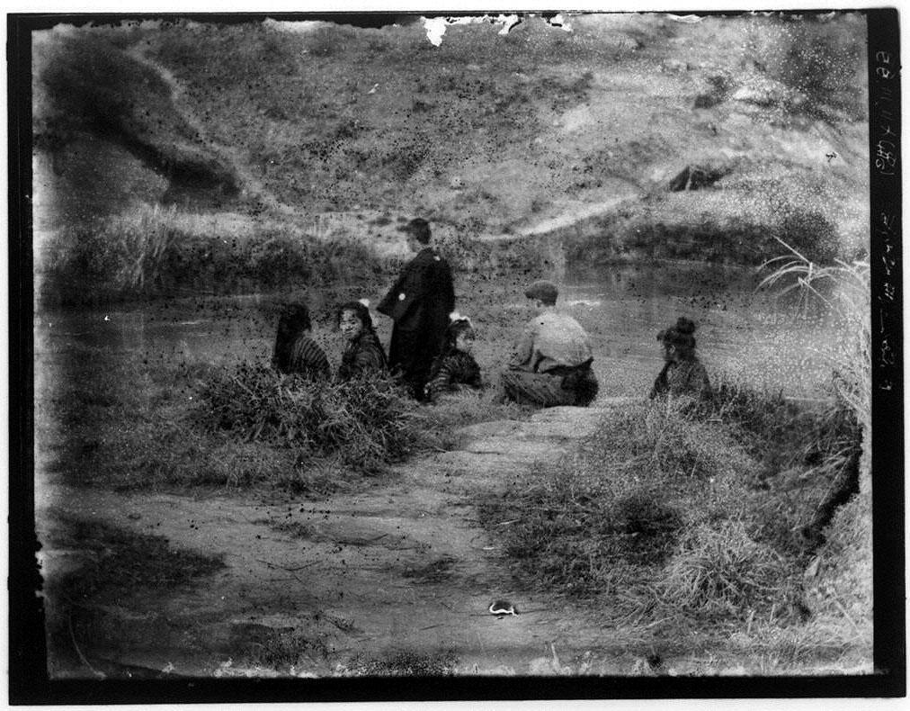 作品画像:水辺の生徒たち