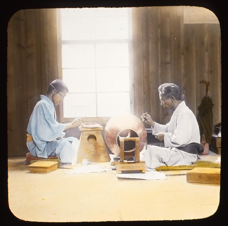 作品画像:壺に絵付けをする職人たち