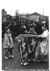 作品画像:正月の下町娘 、 浅草寺境内