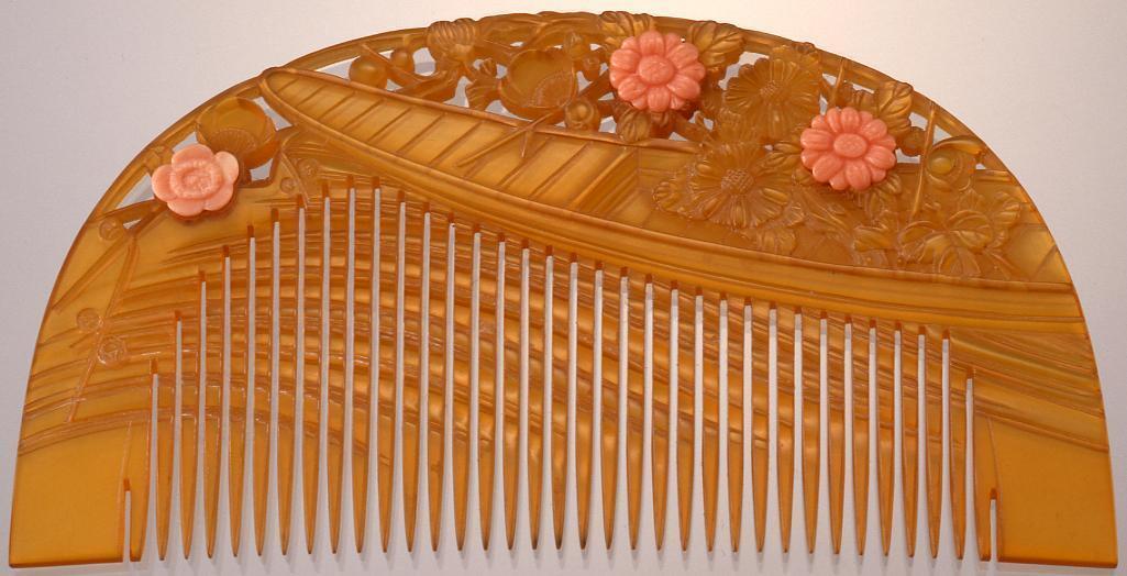 作品画像:鼈甲台珊瑚飾菊流水船彫櫛
