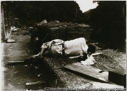 作品画像:大正11年の夏に、碁盤波付近で佐渡写友会の撮影会が行われた。楽しさが伺える