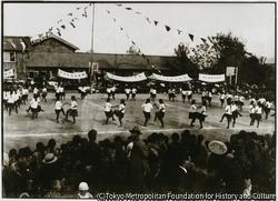 作品画像:華やかに行われる佐渡高等女学校の運動会は、近在の見物客たちに人気があった
