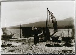 作品画像:淡水湖に海水が入る両津の加茂湖、畔でエビ漁網を干す。カキの養殖も行なわれる
