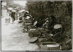 作品画像:山の幸や海の幸を持ちよる村人たちが集まって、物々交換もできる朝市場が立つ