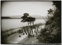 作品画像:両津の椎崎付近から、美しい加茂湖畔を望める場所に、小学生を並べて記念撮影