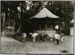 小比叡山蓮華峰寺の境内にある八角堂前 小木芸者衆たちが蛇の目傘を開いて集合