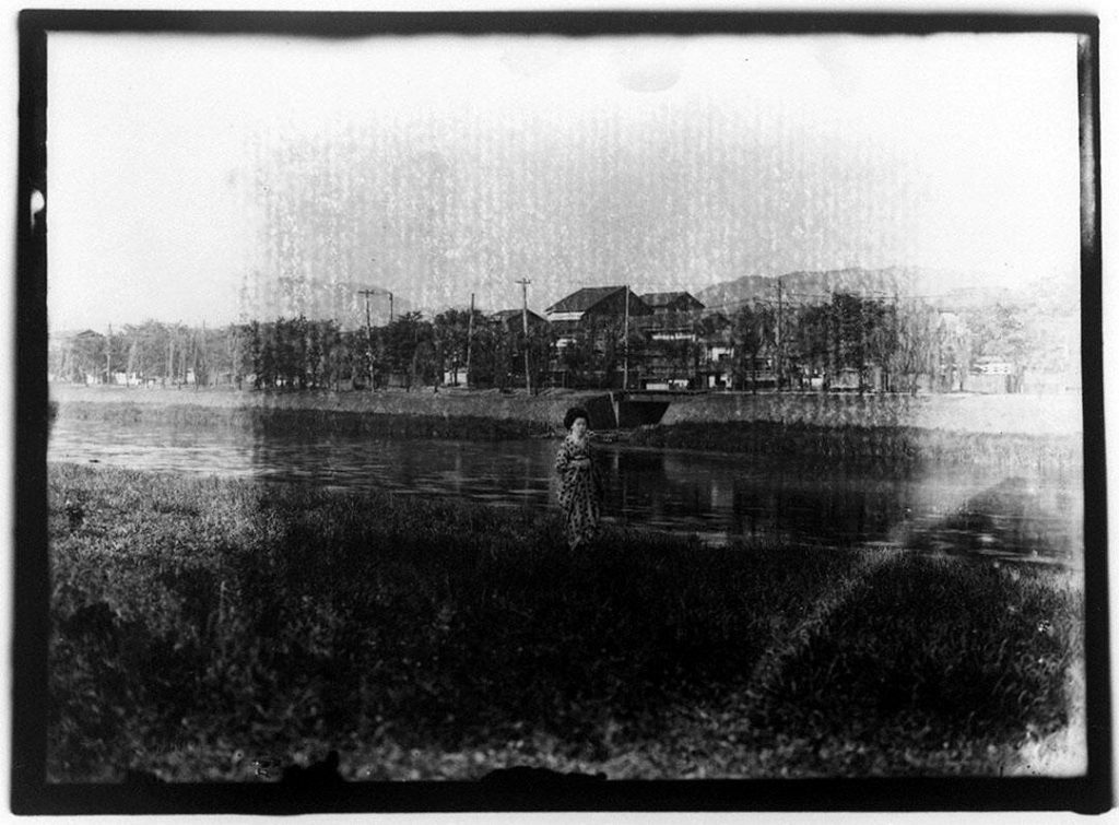 作品画像:河畔に立つ芸者