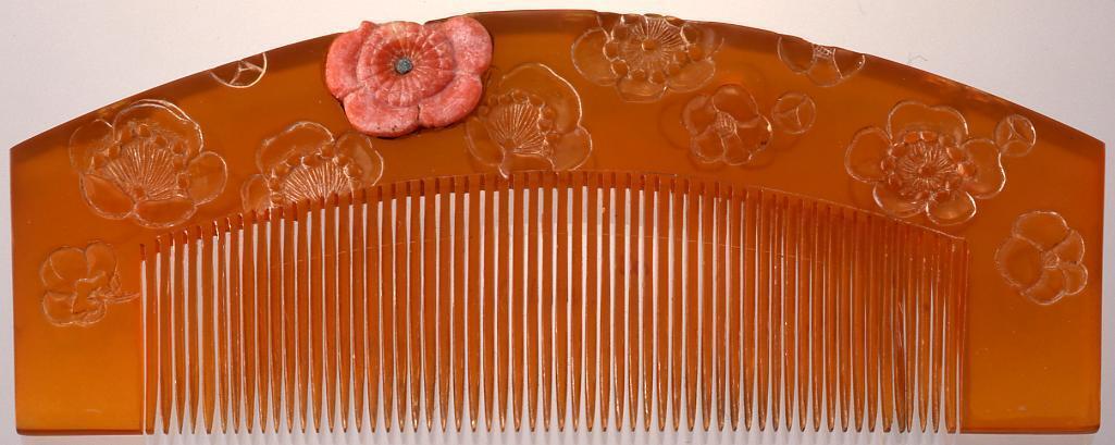 作品画像:鼈甲台珊瑚飾菊彫櫛