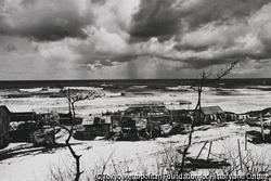 作品画像:雲と波と雪と家