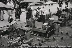 作品画像:東京浅草 ハトの豆売りのおかあさんたち