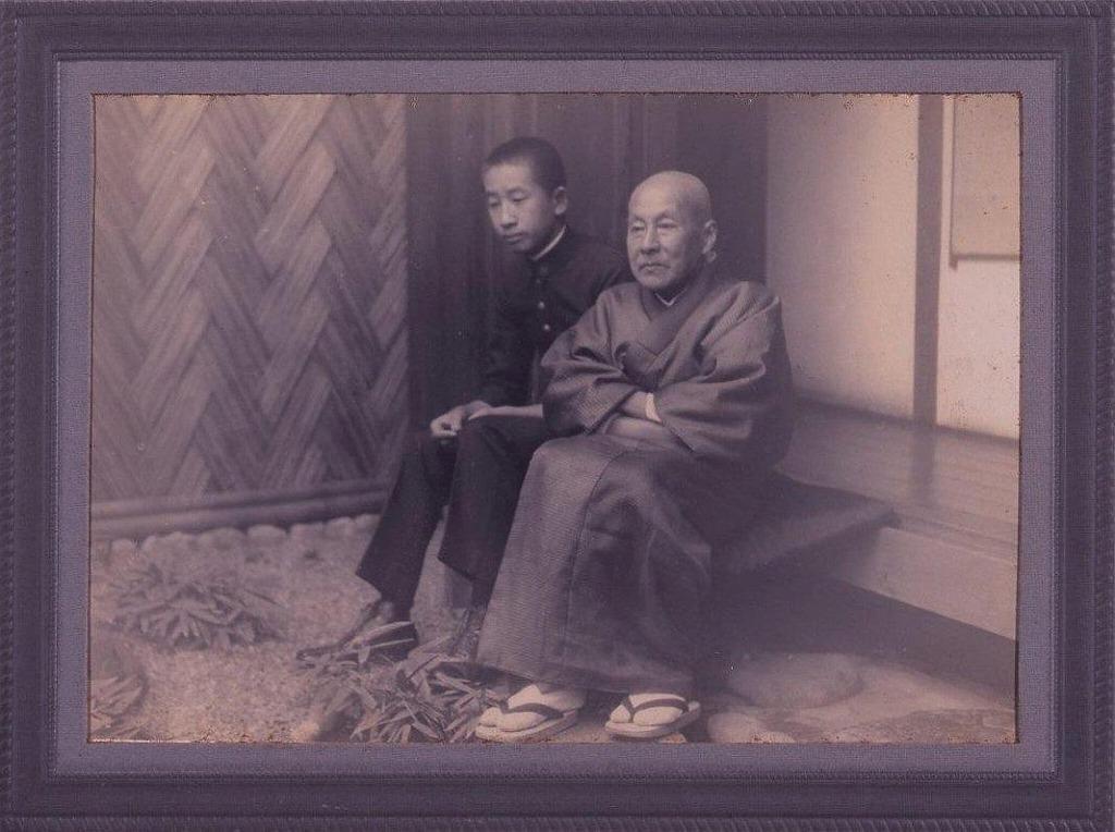 作品画像:川村清雄と清衛父子(原宿自邸の縁側にて)