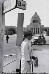 作品画像:経済白書では「戦後は終わった」が…(国会議事堂前)