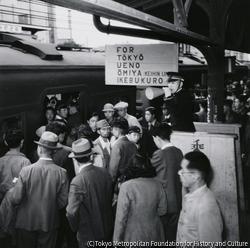 作品画像:英語の標識のある有楽町駅