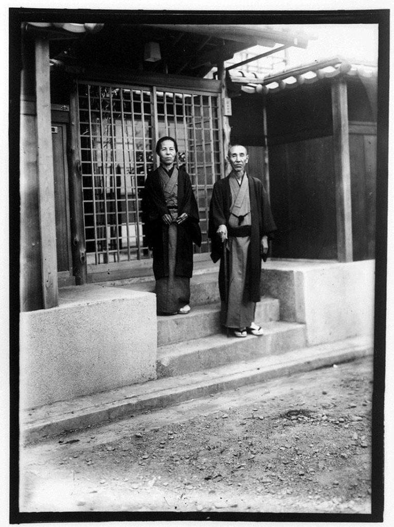 作品画像:玄関の前の老いた男女