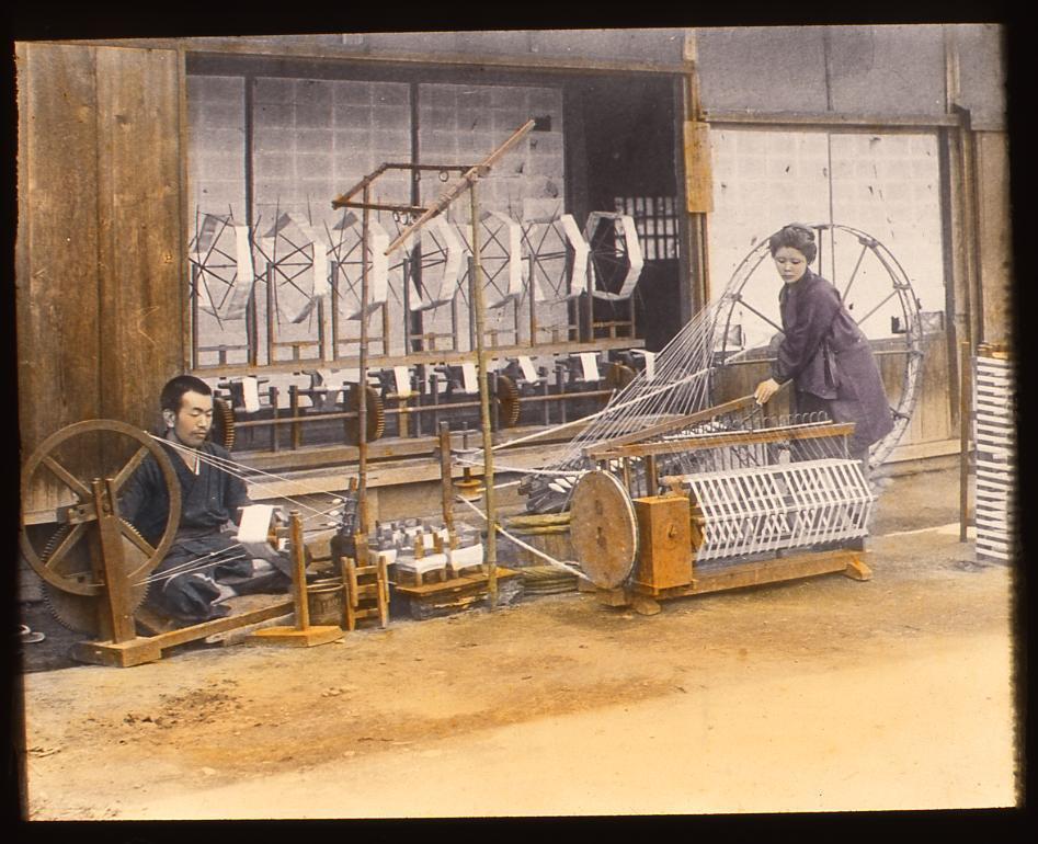 製糸をする人々