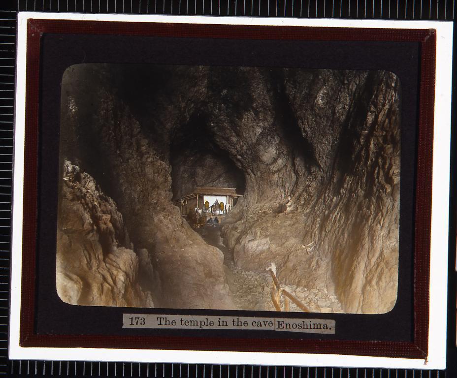 作品画像:江ノ島 洞窟の祠(幻燈原板)