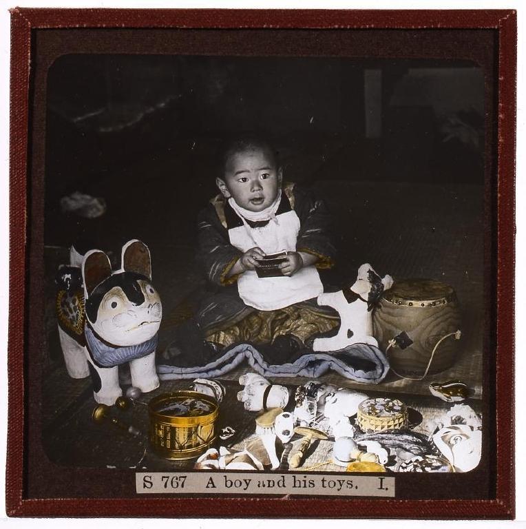 作品画像:男児と玩具