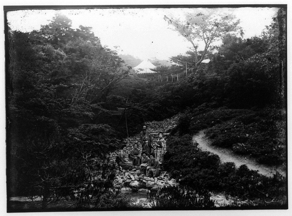 作品画像:庭園の老人・舞子・芸者4人