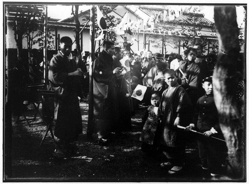 作品画像:日章旗下に集まる人々