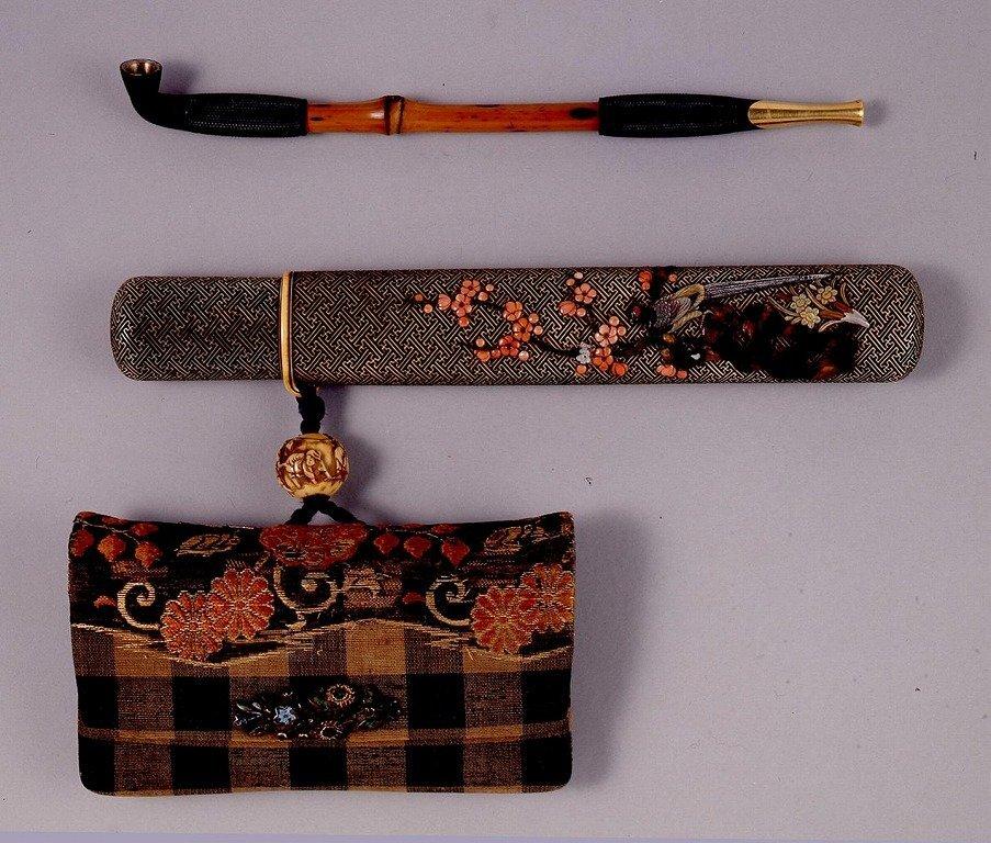 作品画像:変り金襴菊花文腰差したばこ入れ並びに煙管