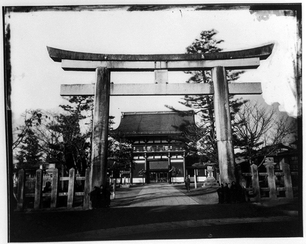 作品画像:鳥居と寺院