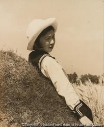 作品画像:(帽子をかぶった制服の少女)