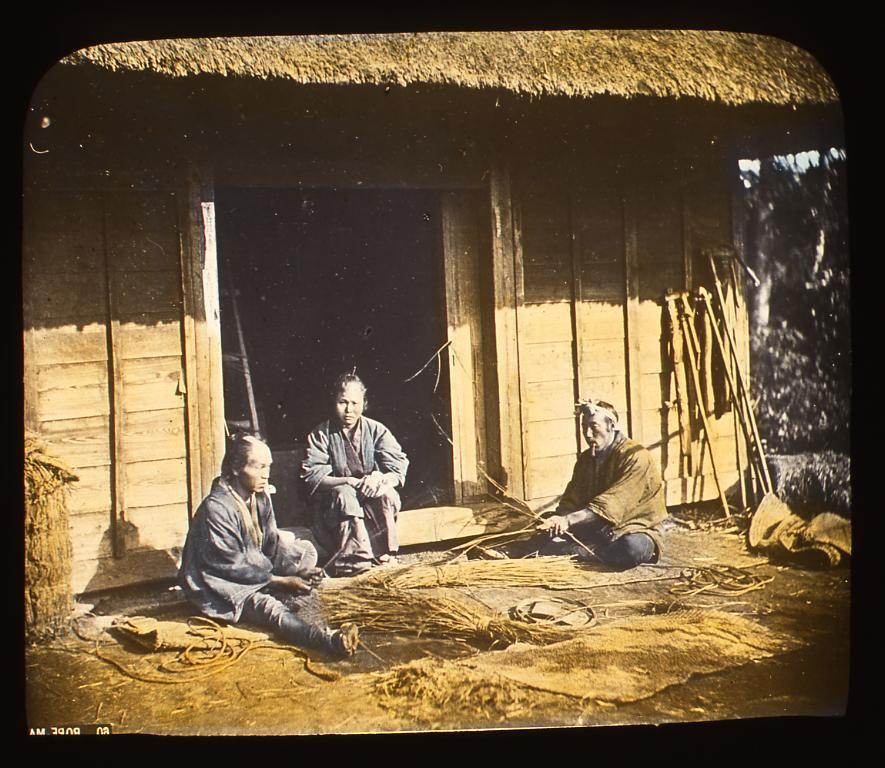 作品画像:縄を編む男性たち