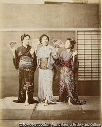 作品画像:(扇子を持った三人の女性)