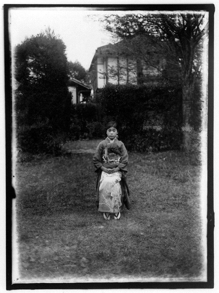 作品画像:屋外で椅子に腰掛ける女性
