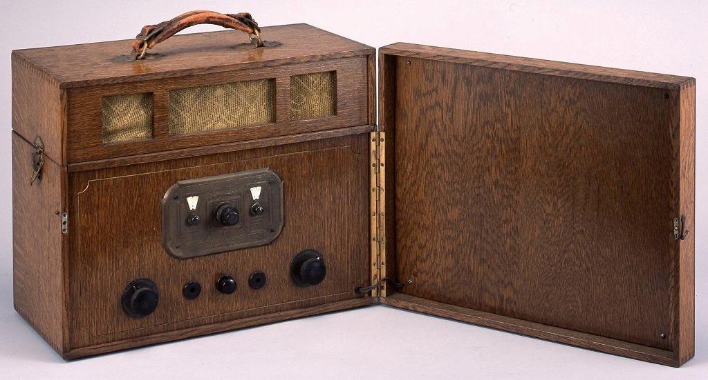 作品画像:携帯式真空管ラジオ