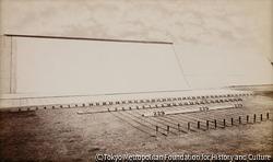 作品画像:実験路-ゴム張りの床、12インチずつの線が引かれ、動物の動きによって作動する