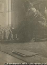 作品画像:椅子に腰掛ける女