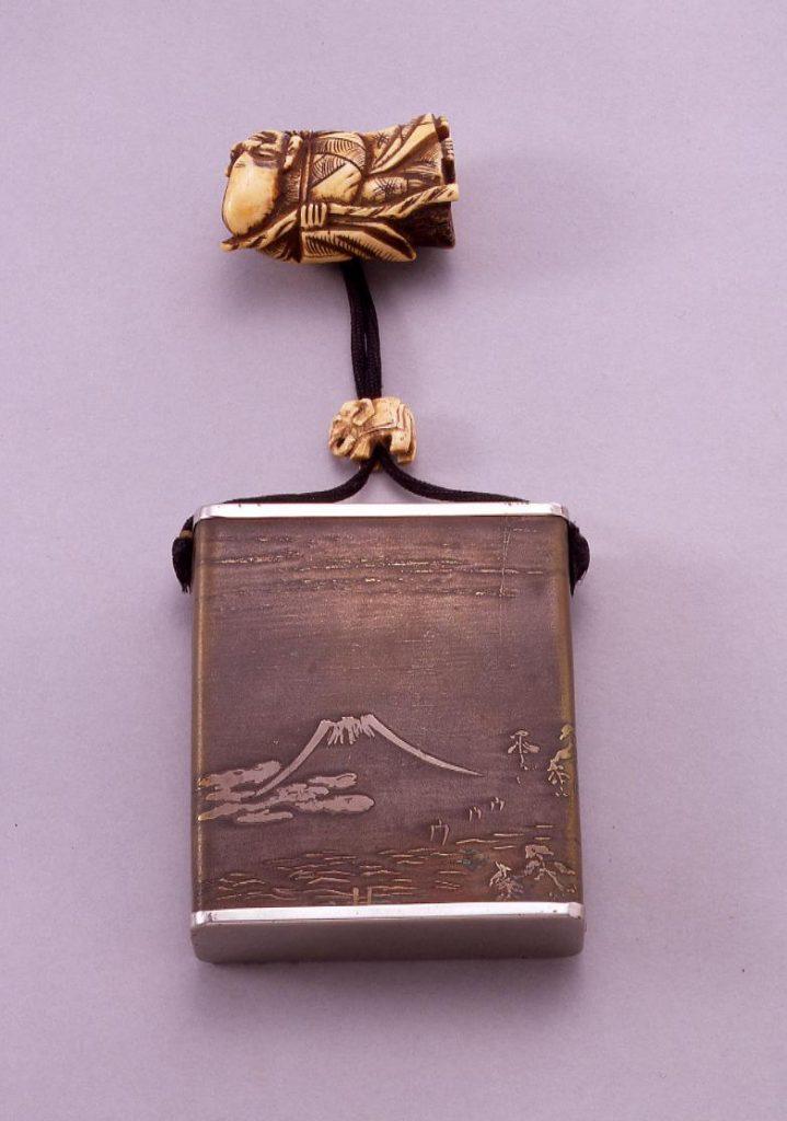作品画像:富士彫一つ提げたばこ入れ