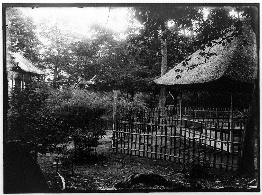 作品画像:庭園の藁葺き屋根の小屋