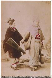 作品画像:(傘を持つ女性と頭巾の女性)