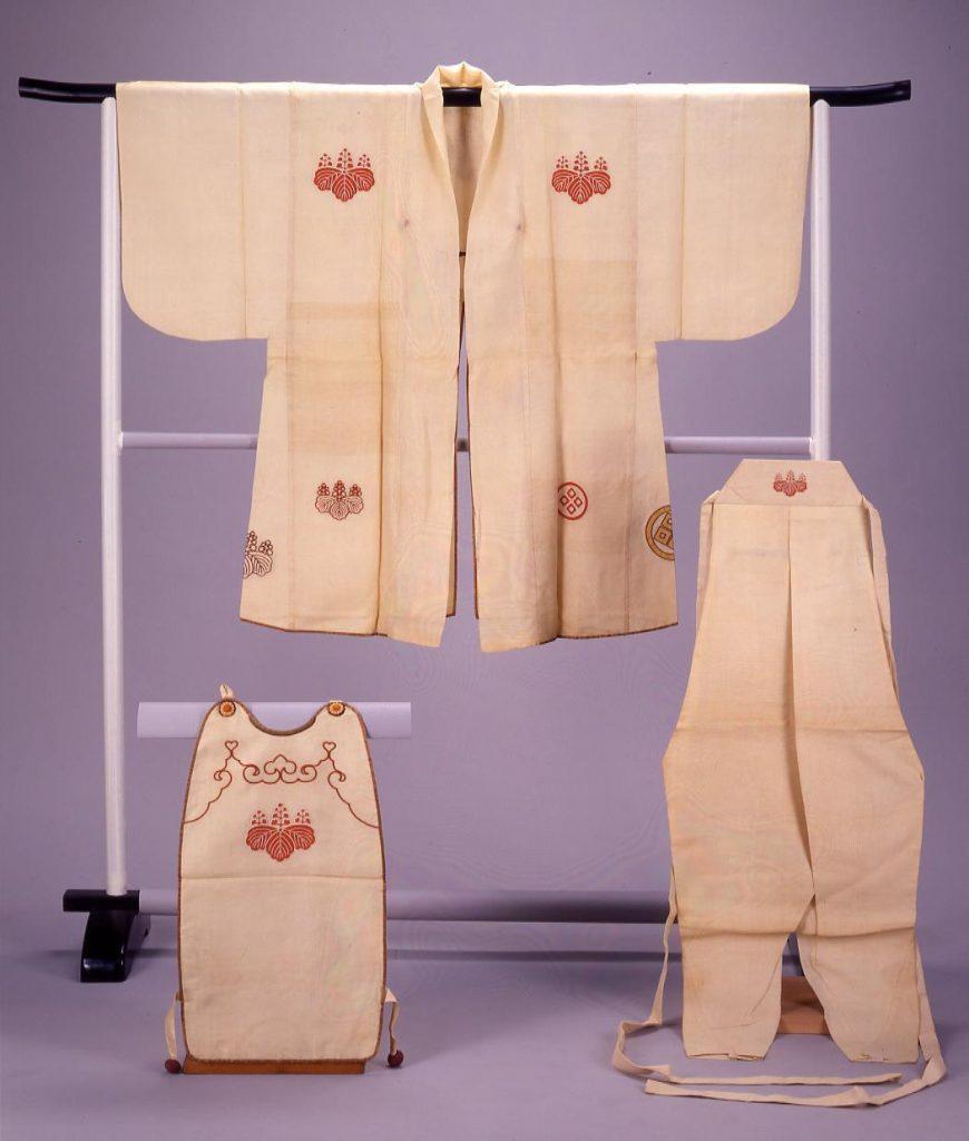 作品画像:白絽地桐紋及び丸に四ツ目結紋散火事装束