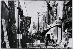 作品画像:中野駅前の商店街