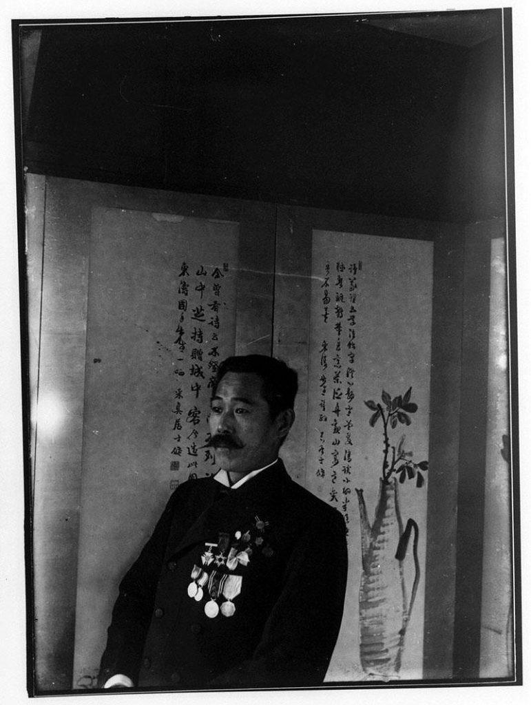 作品画像:屏風前の勲章をつけた男性