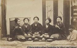 作品画像:(蕎麦を食べる五人の女性と外国人)