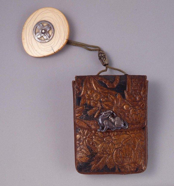 作品画像:金唐革花文一つ提げたばこ入れ