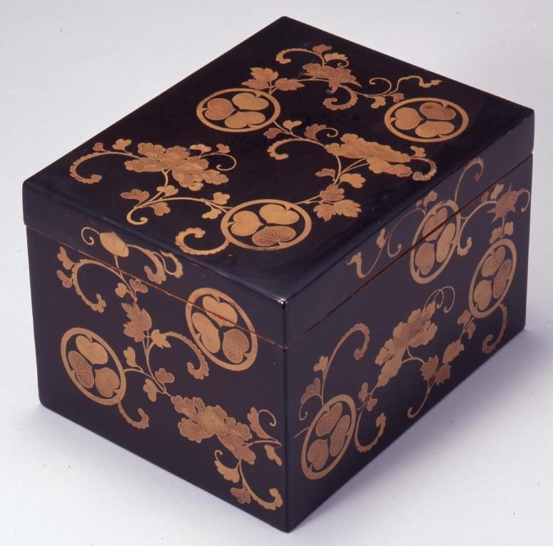 作品画像:黒塗牡丹唐草葵紋散蒔絵箱