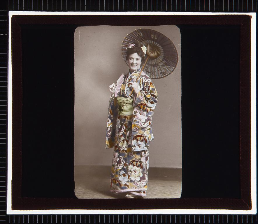 作品画像:着物姿の西洋人女性(幻燈原板)