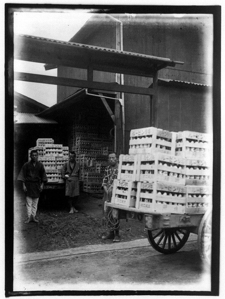 作品画像:酒屋の従業員と木箱のキリンビール
