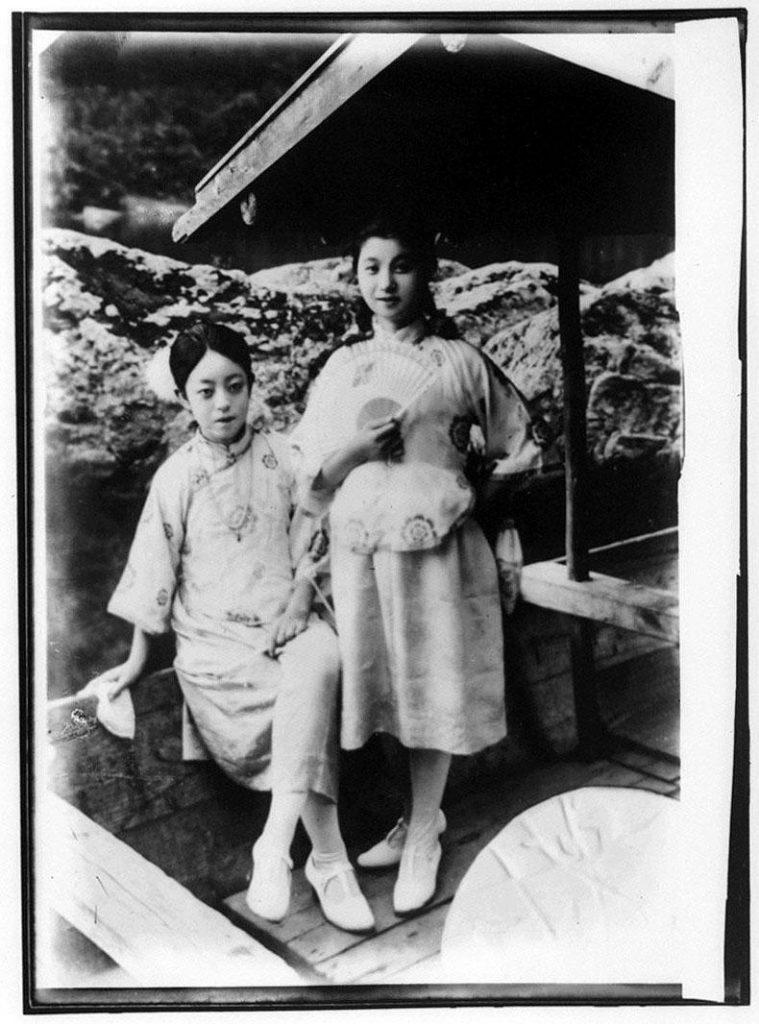 作品画像:中国服を着た2人の女性