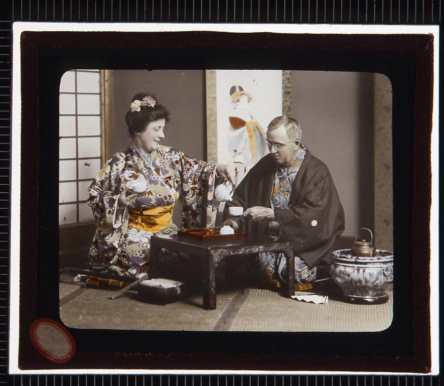 作品画像:着物姿でお茶を入れる西洋人男女(幻燈原板)