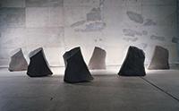 作品画像:陶による石の群