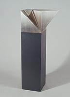 作品画像:半分よこむく立方体